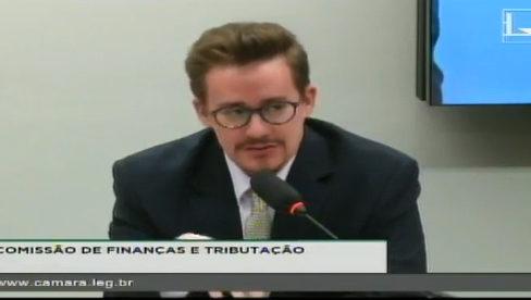 Durante audiência pública, advogado fala sobre o dever legal de se auditar a dívida