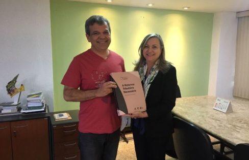 ANFIP entrega primeiro livro da Reforma Tributária Solidária