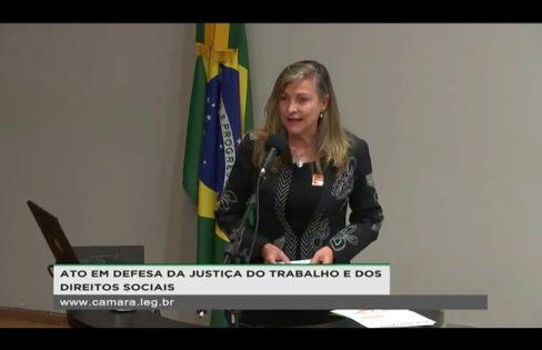 Fattorelli discursa durante ato em defesa da Justiça do Trabalho