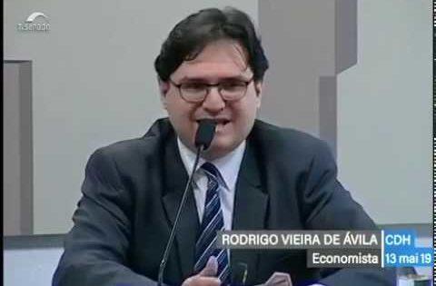 Economista explica como o sistema da dívida subtrai recursos e justifica desmonte do Estado