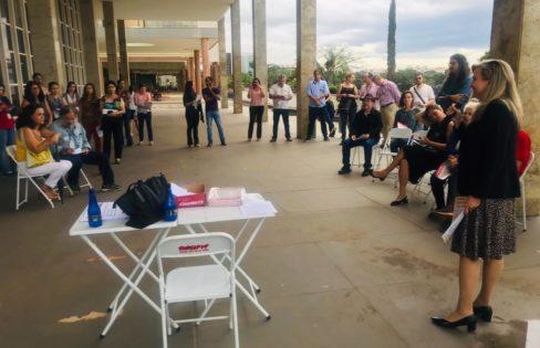 Após veto da CAPES, Fattorelli realiza palestra em frente à instituição