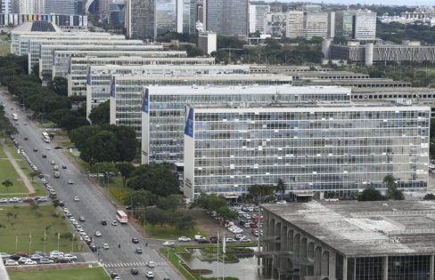 """Palestra: """"A importância da Auditoria Cidadã da Dívida  na atual conjuntura de 'crise fabricada'"""", M. L. Fattorelli – Seminário de 50 anos do FNDCT – Brasília/DF"""