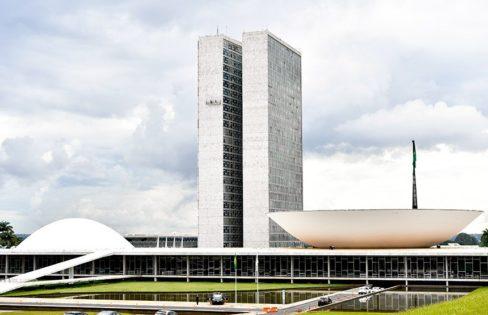 """Extra Classe: """"PECs em análise no Congresso aniquilam estrutura do estado e aumentam privilégios dos bancos"""", por Maria Lucia Fattorelli"""